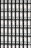 Tanklastzuege im Hamburger Hafen bereit zum Export: EUROPA, DEUTSCHLAND, HAMBURG, (EUROPE, GERMANY), 14.01.2012 Straßenfahrzeuge mit Tanks existieren in den verschiedensten Ausfuehrungen. Waehrend einige Versionen reine Transportfahrzeuge sind, haben viele Tankwagen auch Ausruestung (Pumpen, Schlaeuche, Durchflussmesser) an Bord, um ihre Ladung abzugeben (zum Beispiel Heizoeltankwagen zur Verteilung an die Verbraucher). Um Gefahren durch sich bewegende fluessige Ladung waehrend der Fahrt zu minimieren, sind die Tanks mit Schwallblechen ausgestattet. Diese Fahrzeuge stehen am Hamburger UNI Kai bereit zum Exportl.