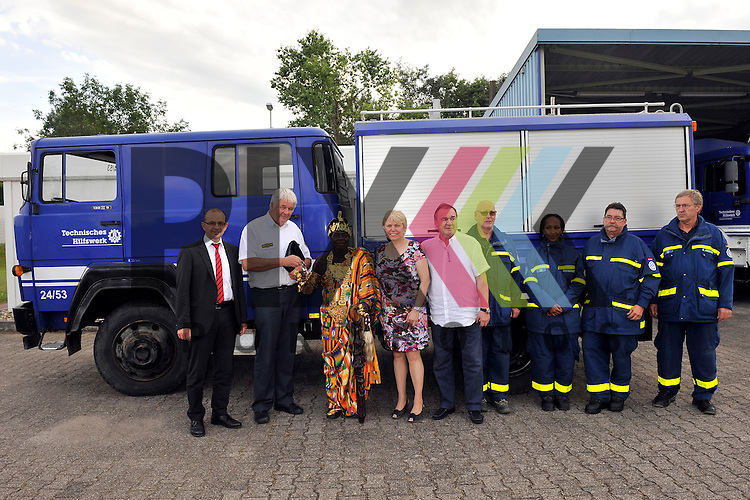 Ludwigshafen 11.07.16 Fahrzeuguebergabe des THW an Koenig Bansah aus Ghana im Bild v.l.: Dezernent Dieter Feid, THW-Praesident Albrecht Broemme, Koenig Bansah aus Ghana, Doris Barnett (SPD), Konsul Uebelhoer, Karl-Martin Hahn, Sarah-Miriam Bernholzer, Bernart de Groot und Klaus Messmer.<br /> <br /> Foto &copy; Ruffler For editorial use only. (Bild ist honorarpflichtig - No Model Release!)