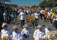 """MOGI DAS CRUZES, SP, 01.09.2013 -  DESFILE CÍVICO / MILITAR NO ANIVERSÁRIO DE MOGI DAS CRUZES  -  Em torno de 20 mil pessoas prestigiaram o desfile durante a manhã deste domingo (1º) com 2 mil participantes, o município realiza o desfile  com o tema """"Mogi das Cruzes: Uma Cidade Educadora"""" no qual escolas municipais, policiais e bombeiros e ex soldados do exercito participaram do evento (Foto: Jorge Andrade / Brazil Photo Press)."""
