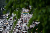 SÃO PAULO, SP, 24.10.2014 – TRÂNSITO EM SÃO PAULO: Trânsito na Av. 23 de Maio, próximo ao Parque do Ibirapuera, zona sul de São Paulo na tarde desta sexta feira. (Foto: Levi Bianco / Brazil Photo Press).