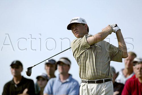 July 19, 2003: DAVIS LOVE III (USA) looks into the distance after driving the tee, The Open Championship, Royal St George's Golf Club Photo: Neil Tingle/Action Plus...British 2003 golf golfer golfers 030719 tees teeing off.wood