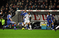 Pictured: Scott Sinclair of Swansea (C) against Oriol Romeu (L) and Jose Bosingwa (R) both of Chelsea. Tuesday, 31 January 2012<br />