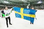 Stockholm 2015-03-14 Bandy SM-final herrar Sandvikens AIK - V&auml;ster&aring;s SK :  <br /> V&auml;ster&aring;ssupporter med en Sverigeflagga med texten &quot;Kung Carlsson #19&quot; efter matchen mellan Sandvikens AIK och V&auml;ster&aring;s SK med h&auml;nvisning till V&auml;ster&aring;s tr&auml;nare Michael Carlsson <br /> (Foto: Kenta J&ouml;nsson) Nyckelord:  SM SM-final final Bandyfinal Bandyfinalen herr herrar VSK V&auml;ster&aring;s SAIK Sandviken supporter fans publik supporters jubel gl&auml;dje lycka glad happy