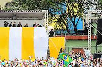 RIO DE JANEIRO, RJ, 25 DE JULHO DE 2013 -JMJ RIO 2013-PAPA FRANCISCO EM MANGUINHOS- Moradores da comunidade de Manguinhos aguardam a visita do Papa Francisco na manha desta quinta-feira, 25, em Manguinhos, zona norte do Rio de Janeiro.FOTO:MARCELO FONSECA/BRAZIL PHOTO PRESS