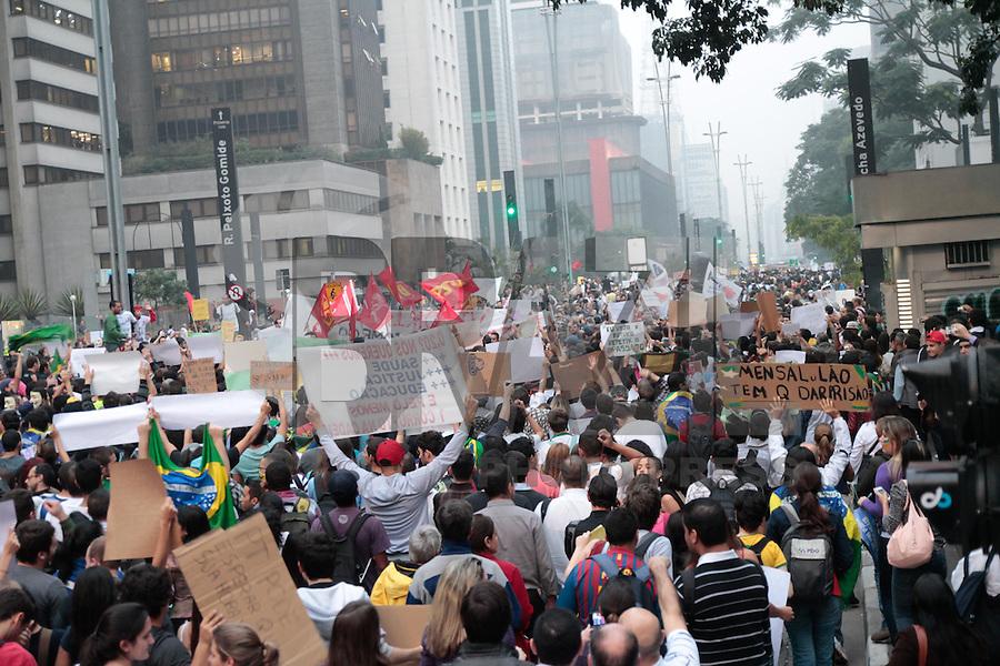 SÃO PAULO, SP - 20.06.2013: 7 GRANDE ATO PASSE LIVRE - Manifestantes comemoram a revogação do aumento das passagens no 7º Grande Ato Contra O Aumento da Tarifa nesta 5 feira (20) na Av Paulista. (Foto: Marcelo Brammer/Brazil Photo Press)