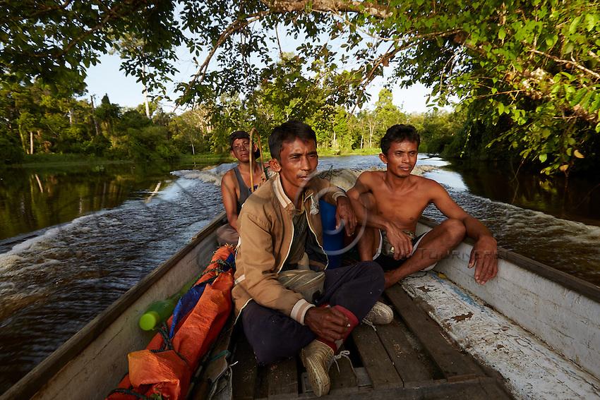 The men from Pak Hamsah's family leave for the harvest in a motorized pirogue.///Les hommes de la famille de Pak Hamsah partent pour la récolte du miel en pirogue rapide.