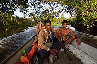 The men from Pak Hamsah's family leave for the harvest in a motorized pirogue.///Les hommes de la famille de Pak Hamsah partent pour la récolte du miel en pirogue rapide.
