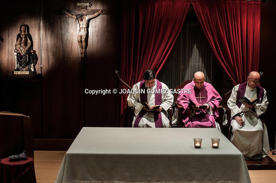 El dia termina con la oracion de la noche (completas) antes de que los seminaristas vayan a acostarse.