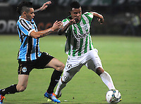 MEDELLIN -COLOMBIA. 02-04-2014. Edwin Cardona ( Der) de Atletico Nacional  de Colombia disputa el balon contra  Gremio de Brasil  durante el partido  de La Copa Bridgestone Libertadores de America   disputado en el estadio Atanasio Girardot / Edwin Cardona  (R)  of Atletico Nacional  of Colombia fights for the ball against   Gremio de Brasil  during the match  of the Copa Libertadores de America Bridgestone played at Atanasio Girardot   stadium . Photo: VizzorImage / Luis Rios  / Stringer