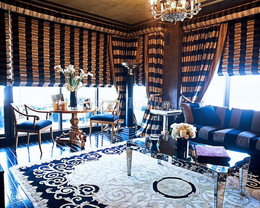 ? large apartment in the center of Manhattan meet the needs of Antonia and George Makkos. The prime location close to Manhattan's bridges to the airport and also to Central Park led the couple to choose this site for their home.