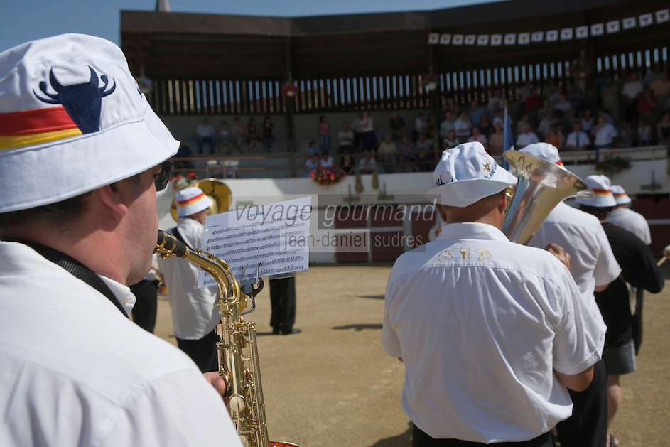Europe/France/Aquitaine/40/Landes/ Vielle-Tursan: Lors de la fête du village,  la fanfare  du village les arènes pour la course landaise  // France, Landes, Vielle Tursan, brass band at the Fete du Village Festival, views of the bullfight arena