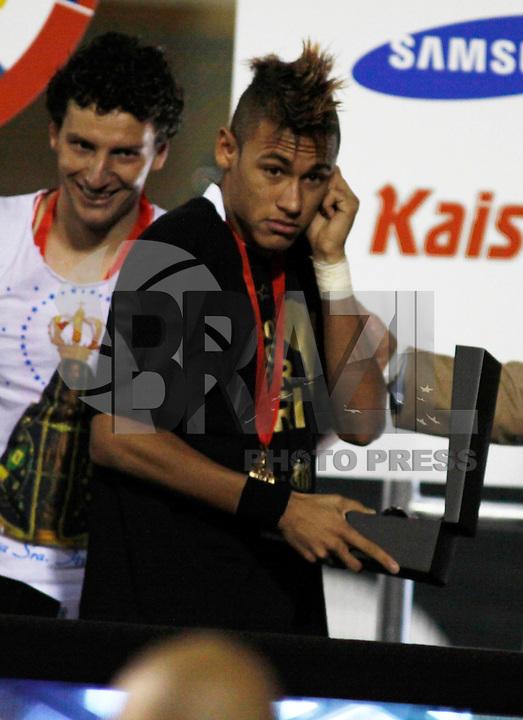 SAO PAULO, SP, 22 DE JUNHO DE 2011 - FINAL LIBERTADORES - SANTOS X PENAROL - Neymar jogador do Santos comemora a conquista do Tri-Campeonato da Copa Libertadores da América em cima do  Penarol no Estádio do Paulo Machado de Carvalho (Pacaembu) na noite desta quarta-feira (22).  (FOTO: WILLIAM VOLCOV - NEWS FREE).