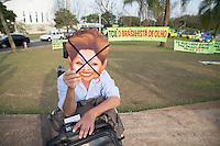 BRASILIA, DF, 07.10.2015 - TCU-CONTAS -  Homem com máscara simbolizando a presidente Dilma Rousseff, em frente ao TCU, onde acontecerá sessão para análise das contas públicas do Governo da presidente Dilma Rousseff de 2014, nesta quarta-feira, 07.(Foto:Ed Ferreira / Brazil Photo Press)