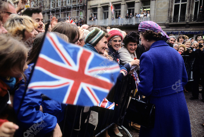 Queen Elizabeth II, exchanging flags, Liverpool City Hall, UK, 1978