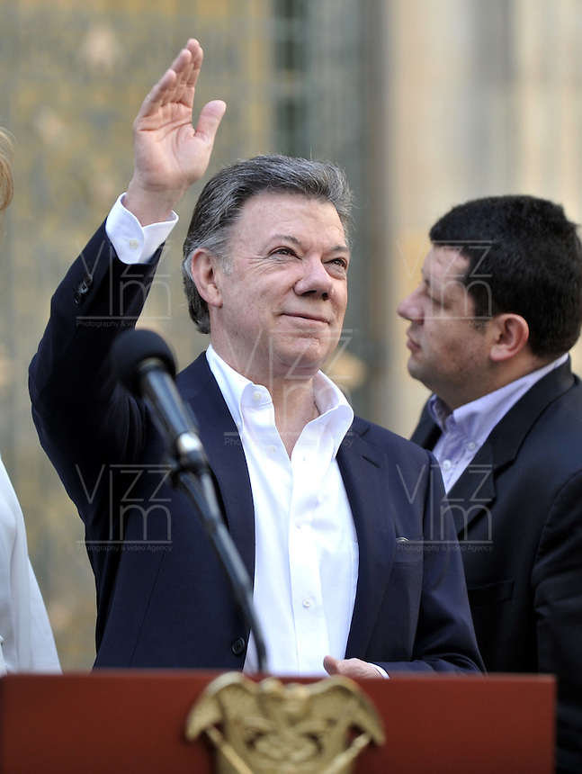 BOGOTÁ -COLOMBIA. 25-05-2014. Juan Manuel Santos, presidente de Colombia saluda a los periodistas  antes de votar durante las Elecciones para Presidente de Colombia  en la ciudad de Bogotá. Los colombianos elegirán en las urnas al nuevo Presidente de Colombia 2014-2018. / Juan Manuel Santos, President of Colombia, waves to the journalist after voting during the presidential elección 2014-2018.  Photo: VizzorImage/ Luis Ramirez / Staff.