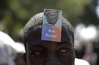 HAI51. PUERTO PRÍNCIPE (HAITÍ), 18/03/2011.- Un joven, con la imagen del expresidente haitiano Jean Bertrand Aristide en su frente, es visto hoy, viernes 18 de marzo de 2011, frente a la casa del exmandatario en el barrio de Tabarre, en Puerto Príncipe (Haití) donde miles le dieron la bienvenida al político que regresó este viernes de un exilio de siete años en Sudáfrica después de un golpe de Estado en 2004. EFE/Andrés Martínez Casares