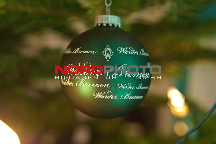 12.12.2010, Hudson, Bremen, GER, Weihnachtsfeier Werder Bremen, im Bild auch  gruene Weihnachtskugeln schmueckten den Baum im HUdson    Foto © nph / Kokenge