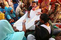 29.10.2007 Varanasi(Uttar Pradesh)<br /> <br /> Women performing a ritual on the ghat.<br /> <br /> Femmes r&eacute;alisant un rituel sur le ghat.