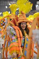 SAO PAULO, SP, 10 FEVEREIRO 2013 - CARNAVAL SP - ACADEMICOS DO TUCURUVI  - Integrantes da escola de samba Academicos do Tucuruvi durante desfile no segundo dia do Grupo Especial no Sambódromo do Anhembi na região norte da capital paulista, na madrugada deste domingo, 10. FOTO: LEVI BIANCO - BRAZIL PHOTO PRESS