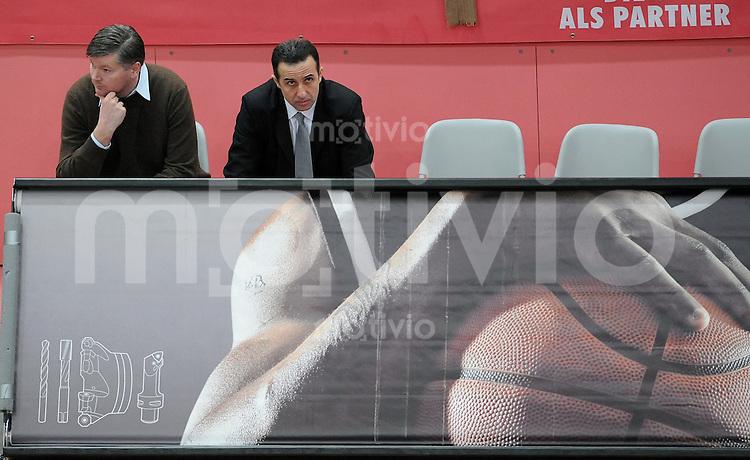 Basketball  1. Bundesliga  2008/2009  11.01.2008 Walter Tigers Tuebingen  - ENBW Ludwigsburg   Tigers Trainer Tolga Oengoeren (re) und Sportdirektor Claus Siehoertner