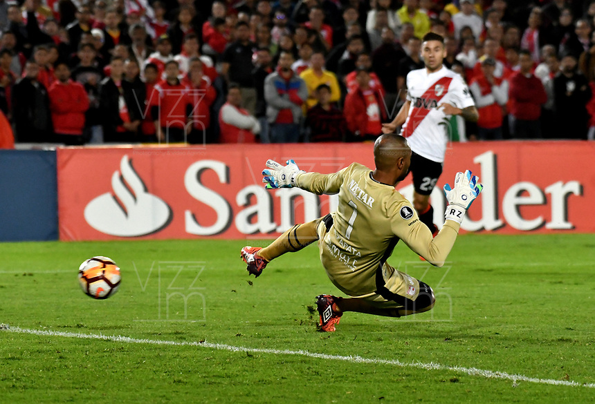 BOGOTA - COLOMBIA, 03–05-2018: Robinson Zapata, guardameta de Independiente Santa Fe, no logra detener el disparo de Lucas Pratto (Fuera de Cuadro), jugador de River Plate, al anotar gol de su equipo, durante partido entre Independiente Santa Fe (COL) y River Plate (ARG), de la fase de grupos, grupo D, fecha 5 de la Copa Conmebol Libertadores 2018, jugado en el estadio Nemesio Camacho El Campin de la ciudad de Bogota. / Robinson Zapata, goalkeeper of Independiente Santa Fe, fails to stop the shot from Lucas Pratto (Out of Frame), player of River Plate the goal of his team, during a match between Independiente Santa Fe (COL) and River Plate (ARG), of the group stage, group D, 5th date for the Conmebol Copa Libertadores 2018 at the Nemesio Camacho El Campin Stadium in Bogota city. Photo: VizzorImage  / Luis Ramírez / Staff.
