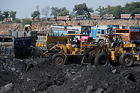 INDIA Dhanbad, open-cast coal mining of BCCL Ltd a company of COAL INDIA coal loading on truck / INDIEN Dhanbad , offener Kohle Tagebau von BCCL Ltd. ein Tochterunternehmen von Coal India, Verladung auf LKW