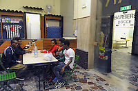 - Milano, Centro di Smistamento per i profughi organizzato nei locali dell'ex dopolavoro ferroviario della Stazione Centrale ed affidato alla gestione dell'organizzazione ONLUS Progetto Arca<br /> <br /> - Milan, Sorting Centre for refugees organized in the former railway recreational club of Central Station and entrusted to the management of the NGO Project Ark