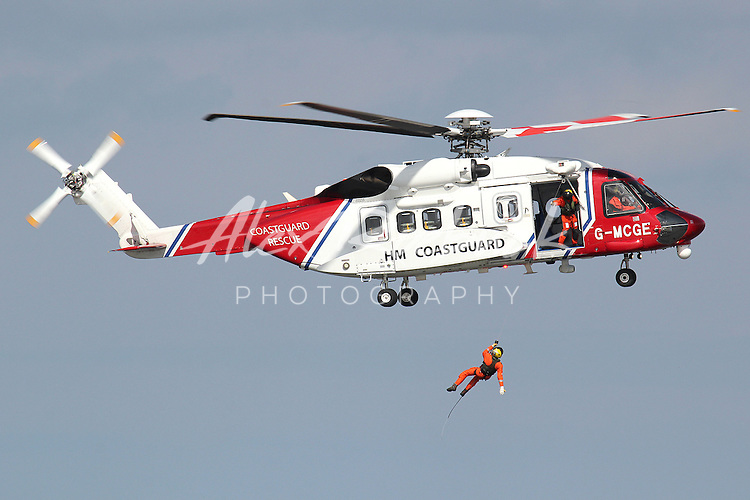 BRISTOW SEARCH AND RESCUE HELICOPTER TRAINS OVER WATER WITH CLEETHORPES RNLI