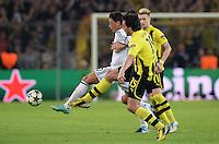 FUSSBALL  CHAMPIONS LEAGUE  HALBFINALE  HINSPIEL  2012/2013      Borussia Dortmund - Real Madrid              24.04.2013 Mesut Oezil (Real Madrid) gegen Mats Hummels (li, Borussia Dortmund)