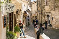 France, Provence-Alpes-Côte d'Azur, Saint-Paul de Vence: Rue Grande, medieval town residence of many artists and artisans, Marc Chagall lived here for 20 years, he is buried at the local cemetery | Frankreich, Provence-Alpes-Côte d'Azur, Saint-Paul de Vence: die Rue Grande im Ortszentrum, viele Touristen besuchen dieses mittelalterliche Staedtchen, in dem viele Kuenstler und Kunsthandwerker leben, auch Marc Chagall lebte hier 20 Jahre lang, sein Grab befindet sich auf dem hiesigen Friedhof