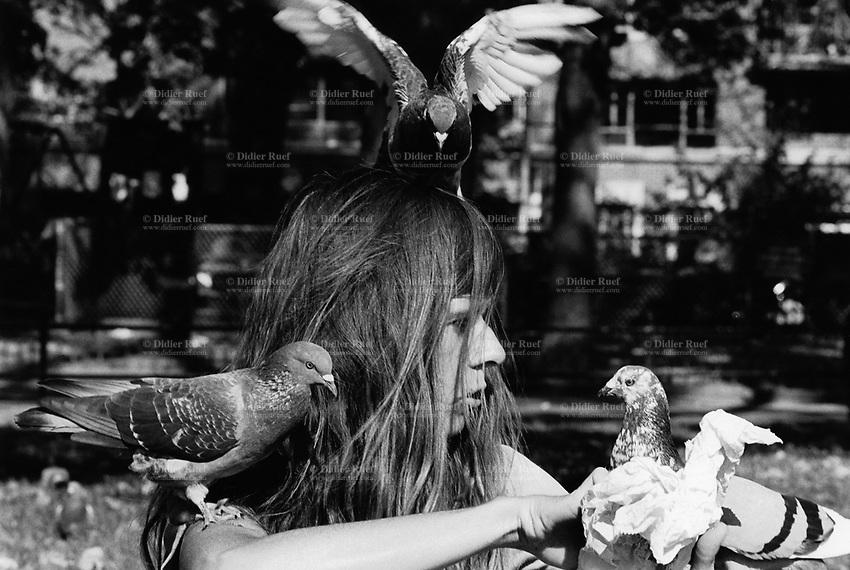 USA. New York City. Washington Square. A woman with three pigeons. 23.10.1985 © 1985 Didier Ruef
