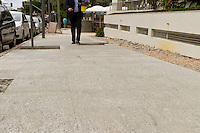 CURITIBA, PR, 15 DE JANEIRO DE 2013 - CALCADA DE GRANITO - O prefeito de Curitiba, Gustavo Fruet (PDT), suspendeu por tempo, indeterminado a revitalização da Avenida Bispo Dom Jose, no Batel, regiao nobre de Curitiba. O motivo foi a polemica instalacao de calcadas de granito, cujo metro quadrado tem valor ate seis vezes maior do que o paver.  (FOTO: ROBERTO DZIURA JR./ BRAZIL PHOTO PRESS)