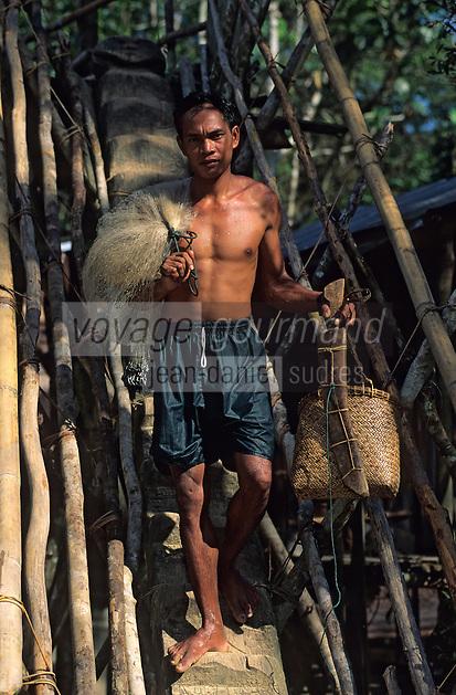 Asie/Malaisie/Bornéo/Sarawak: Chez les Dayak - Départ pour la pêche à l'épervier
