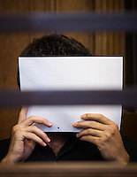 Berlin, Der Angeklagte Onur U. sitzt am Montag (13.05.13) in Landgericht in Berlin vor dem Prozessbeginn im Fall Jonny K. gegen sechs Männer im Alter zwischen 19 und 24 Jahren. Foto: Maja Hitij/CommonLens