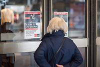 """Die Auswirkungen der Corona-Krise sind nach Inkrafttreten der Anordnung des Berliner Senats, wonach nur noch Versorgungsgeschaefte die fuer den taeglichen Bedarf notwendig sind geoeffnet sein duerfen (Lebensmittelgeschaefte, Apotheken, Drogerien, Zeitungsgeschaefte), im oeffentlichen Leben deutlich sichtbar.<br /> Im Bild: Eine Passantin liest ein Hinweisschild ueber die Schliessung am Sportkaufhaus """"Karstadt-Sport / SportScheck"""" in der Berliner Innenstadt.<br /> 19.3.2020, Berlin<br /> Copyright: Christian-Ditsch.de<br /> [NUR FUER REDAKTIONELLE ZWECKE! Werbung nur auf Anfrage beim Fotografen. Inhaltsveraendernde Manipulation des Fotos nur nach ausdruecklicher Genehmigung des Fotografen. Vereinbarungen ueber Abtretung von Persoenlichkeitsrechten/Model Release der abgebildeten Person/Personen liegen nicht vor. NO MODEL RELEASE! Don't publish without copyright Christian-Ditsch.de, Veroeffentlichung nur mit Fotografennennung, sowie gegen Honorar, MwSt. und Beleg. Konto: I N G - D i B a, IBAN DE58500105175400192269, BIC INGDDEFFXXX, Kontakt: post@christian-ditsch.de<br /> Bei der Bearbeitung der Dateiinformationen darf die Urheberkennzeichnung in den EXIF- und  IPTC-Daten nicht entfernt werden, diese sind in digitalen Medien nach §95c UrhG rechtlich geschuetzt. Der Urhebervermerk wird gemaess §13 UrhG verlangt.]"""