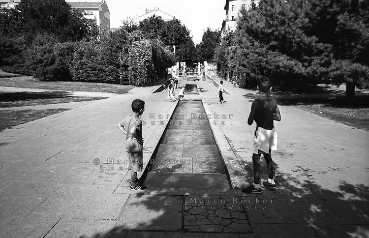 berlino, quartiere kreuzberg. bambini al goerlitzer park (Görlitzer Park) --- berlin, kreuzberg district. kids playing in goerlitzer park (Görlitzer Park)