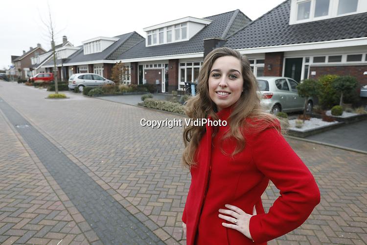 Foto: VidiPhoto<br /> <br /> OPHEUSDEN &ndash; Makelaar Bertine van Mourik uit Opheusden voor de levensloopbestendige woningen in Opheusden.