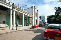 Cuba, Kolonialgebäude und Oldtimer in Holguin