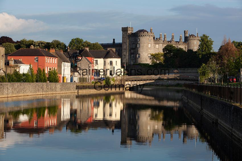 Ireland, County Kilkenny, Kilkenny: Kilkenny Castle on River Nore   Irland, County Kilkenny, Kilkenny: mittelalterliches Schloss Kilkenny Castle am Nore River