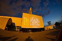 """SÃO PAULO,SP, 03-11-13 - ESPETÁCULO ILUSÕES - O AMOR NA MESA VERTICAL DO TARÔ  - Cena do espetáculo """"Ilusões - O Amor na Mesa Vertical do Tarô"""", em que os artistas dançam no ar, presos a uma parede de 13 metros de altura com projeções de imagens criadas pelo designer Lucca del Carlo, neste domingo (03) no Memorial da América Latina, região oeste de São Paulo. (Foto: Marcelo Brammer/Brazil Photo Press)"""