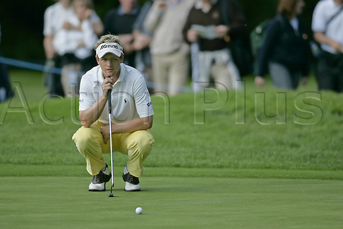 25 May 2006: English golfer Luke Donald (ENG) lines up a putt on the 15th Green during the first round of the BMW Championship, played on the West Course at Wentworth. Photo: Glyn Kirk/Actionplus...060525 golf man male putt putter