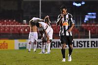 SÃO PAULO, SP, 17 DE JUNHO DE 2012 - CAMPEONATO BRASILEIRO - SÃO PAULO x ATLÉTICO MG: Ronaldinho (d) durante partida São Paulo x Atlético Mineiro, válida pela 5ª rodada do Campeonato Brasileiro de 2012 no Estádio do Morumbi. FOTO: LEVI BIANCO - BRAZIL PHOTO PRESS