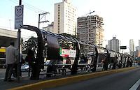 SAO PAULO, SP, 31 DE JANEIRO 2012. Movimentacao de populares na Av Santo Amaro, esperando onibus em dia de paralisacao, na regiao sul de SP, na manha desta terca-feira, 31. FOTO: MILENE CARDOSO - NEWS FREE