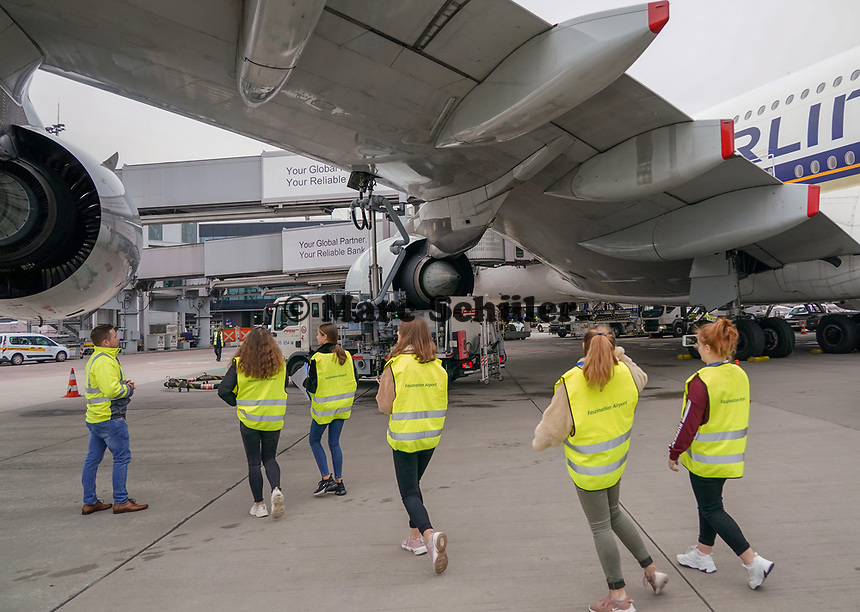 Schüler der Justin-Wagner Schule Roßdorf sehen sich den A380 von Singapore Airlines an - Frankfurt 23.10.2019: Schüler machen Zeitung bei Singapore Airlines