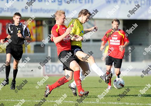 2011-10-16 / Seizoen 2011-2012 / Voetbal / Royal Kapellen Footbal Club - Spouwen-Mopertingen / Jens Verboven van Kapellen in de rug van Gert Geraerts van Spouwen-Mopertingen..Foto: mpics