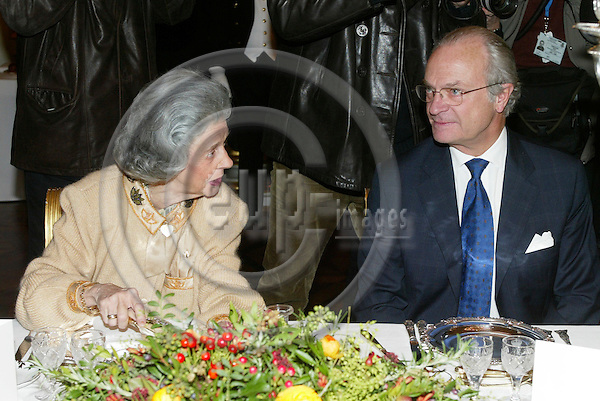 "BRUSSELS - BELGIUM - 17 NOVEMBER 2005 -- Queen Fabiola and Swedish King Carl Gustaf during the lunch at the Royal Palace in Brussels before the opening of the exhibition about ""Queen Astrids life in Belgium"".  PHOTO: ERIK LUNTANG / EUP-IMAGES.."