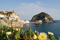 ITA, Italien, Kampanien, Ischia, vulkanische Insel im Golf von Neapel, Blick auf Sant' Angelo, malerischer Ferienort an der Suedkueste mit vorgelagerter kleiner Insel | ITA, Italy, Campania, Ischia, volcanic island at the Gulf of Naples, view at Sant' Angelo, picturesque resort at the south coast with small island