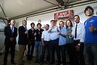 SÃO PAULO, SP, 03 DE FEVEREIRO DE 2010 - INDY 300 / VISTORIA PREFEITO - A cidade de São Paulo sediará no dia 14 de março a primeira etapa da temporada 2010 da Fórmula Indy. Na manhã desta quarta-feira (3), o prefeito da capital paulista, Gilberto Kassab (DEM), se encontrará com os pilotos brasileiros da categoria Tony Kanaã (careca), Victor Meira (gravata), Rafael Mattos (camisa azul), Mario Moraes (Blusa e gola preta), Bia Figueiredo, Hélio Castro Neves (camisa azul claro), na sede da SPTuris, que fica na região do Sambódromo do Anhembi, local onde a prova será realizada. Na ocasião, o prefeito e os pilotos realizam uma vistoria no circuito que está sendo construído. (FOTO: WILLIAM VOLCOV / NEWS FREE).