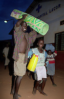 GULU / NORD UGANDA.NIGHT COMMUTERS. I PICCOLI PROFUGHI ARRIVANO AL LACOR HOSPITAL PER PASSARE LA NOTTE IN UN LUOGO SICURO. DA ANNI,INTERE GENERAZIONI DI ACHOLI, VIVONO FIN DALLA PRIMA INFANZIA NELLA PIU' TOTALE PRECARIETA' A CAUSA DELLE INCURSIONI DEL LRA..FOTO LIVIO SENIGALLIESI..GULU / NORTH UGANDA.Every night in northern Uganda, tens of thousands of children, known as night commuters, flow into town centres or local hospital..They come seeking safety in shelters set up by aid agencies, with the Ugandan government unable to end a brutal 20-year war and protect them from rebel attacks..Photo Livio Senigalliesi