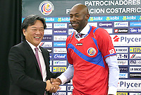 Arresti tra membri della FIFA per corruzione in merito all'assegnazione dei campionati del Mondo di calcio 2018 e 2022 <br /> <br /> <br /> Heredia Feb 3 2015 New Head Coach of The National Soccer Football team of Costa Rica Paulo Cesar Wanchope r Shakes Hands with President of The Costa  Soccer Football Federation Eduardo left during A Press Conference press conference Press conference for Wanchope s presentation in Heredia Costa Rica Feb 3 2015 SP Costa Rica Heredia Soccer Football Wanchope  PUBLICATIONxNOTxINxCHN